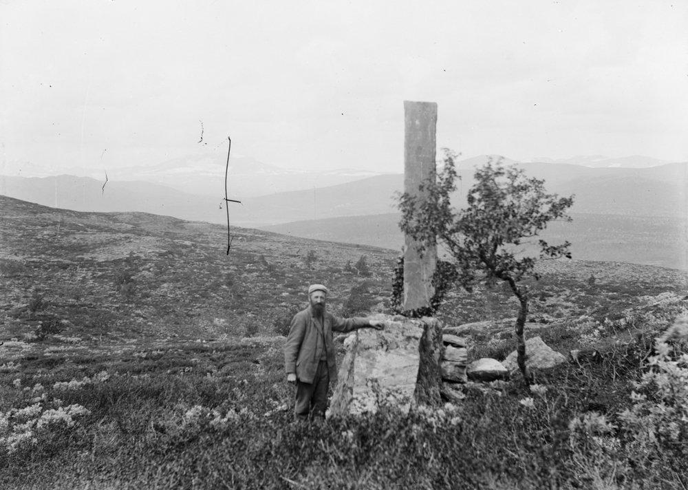 Det er naturlig nok begrenset bildemateriell fra Hjerkinn for 1200 år siden. Men vi er heldige å ha et rikt arkiv med mye bilder fra de siste 200 år. Fjellstueverten Johan Fredrik Hjerkinn (bildet) var en uvanlig ivrig fotograf i sin tid. Fotografert ved Astrupstøtta på Dovrefjell cirka 1895-1910.