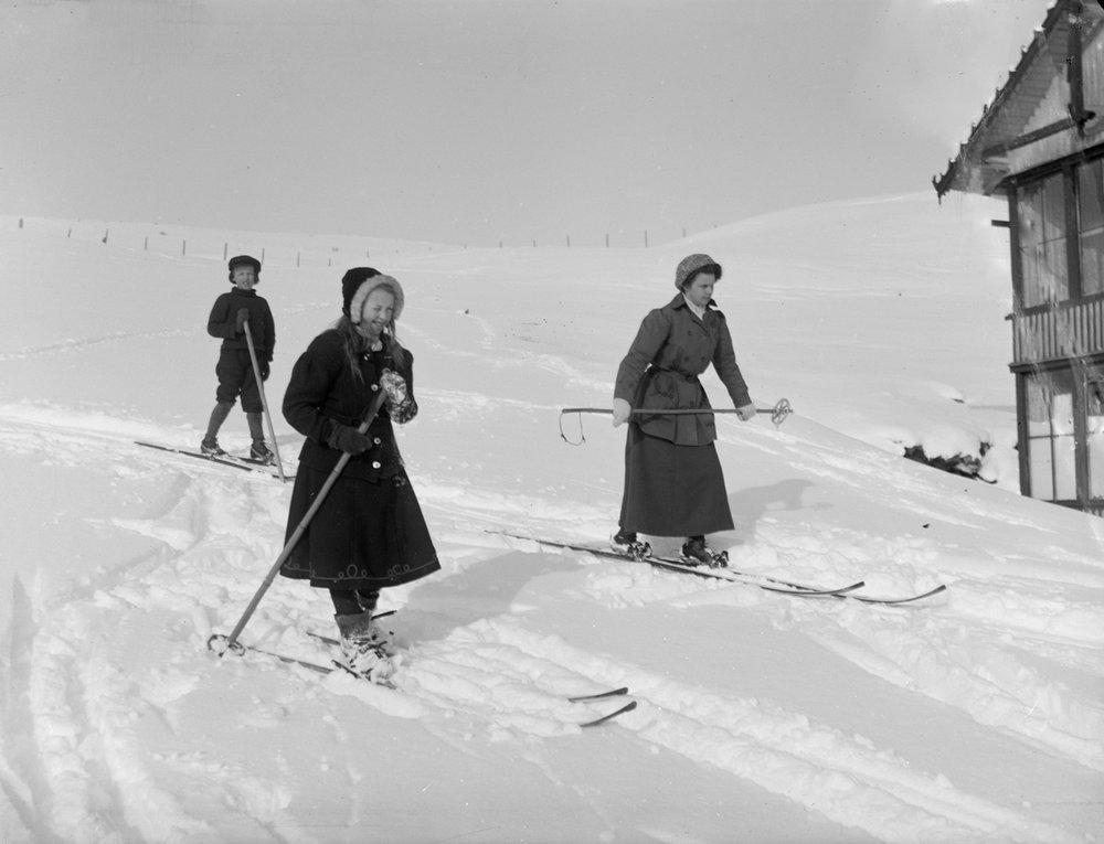 Her ser det ut til å være skigåing for moro skyld – men turene over Dovrefjell vinterstid kunne være svært strabasiøse. Bildet er av Lærerinne frøken Askvik og Ragnhild og Johan Hjerkinn, og er tatt på slutten av 1800-tallet.