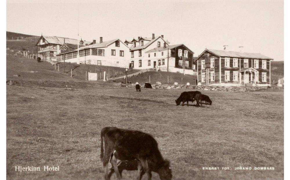 Postkort fra Hjerkinn, tatt mellom 1920-1940. I dag er det meste av bygningsmassen ny etter 1990, men fasaden og stilen er videreført.