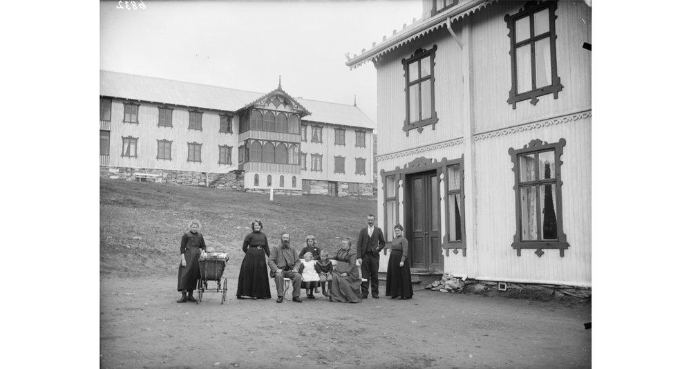 Familiebilde : Johan Fredrik Hjerkinn (sittende) sammen med kona Ingrid. Ingrid kom fra gården Li på Dovre, og sammen fikk de ti barn.