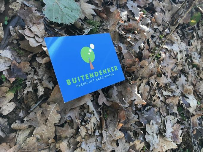 postkaart in bladeren.jpg