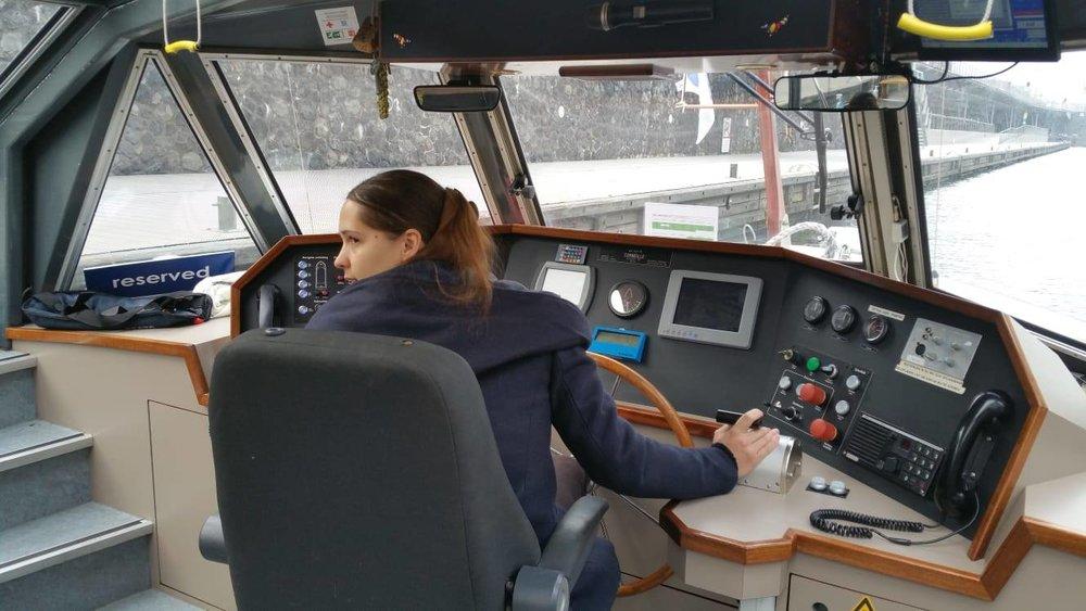 Nathalie als leerling-schipper op de rondvaart in Amsterdam