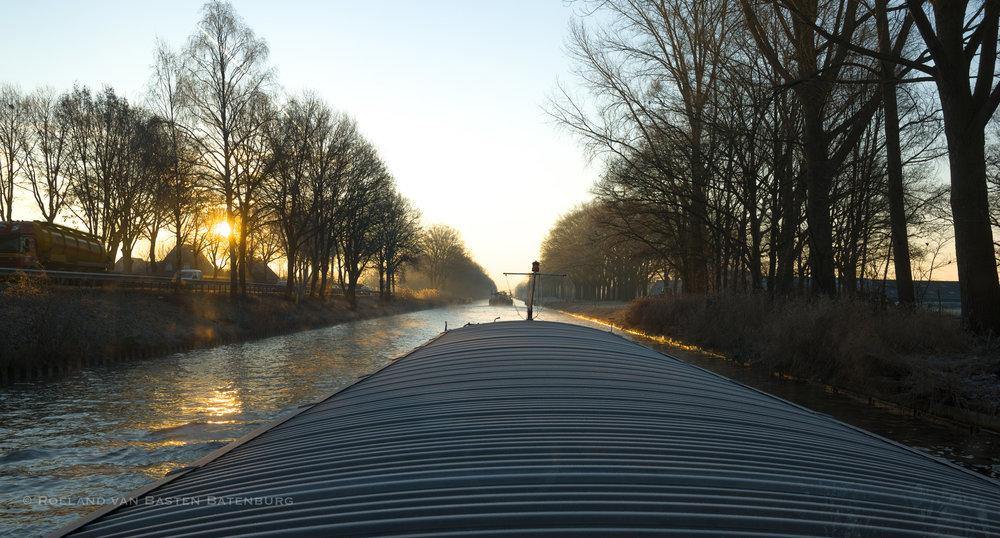 De zon breekt door op de Zuid-Willemsvaart.