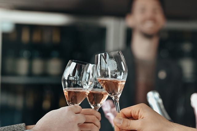 Happy Holiday's and #cheers from Fizz! . . . . . . . #roséallday #champagne #sacramento #visitsac #visitsacramento #doco #docoproud #downtownsac #downtownsacramento #exploresac #exploresacramento #sactown #champagneallday #discoversacramento #sacfoodandbooze #sacramento_life #sacramento365 #916 #drinksacramento #mysacramento #shoplocal #sacramentoproud #scoutsac #selectsacramento #sacmag