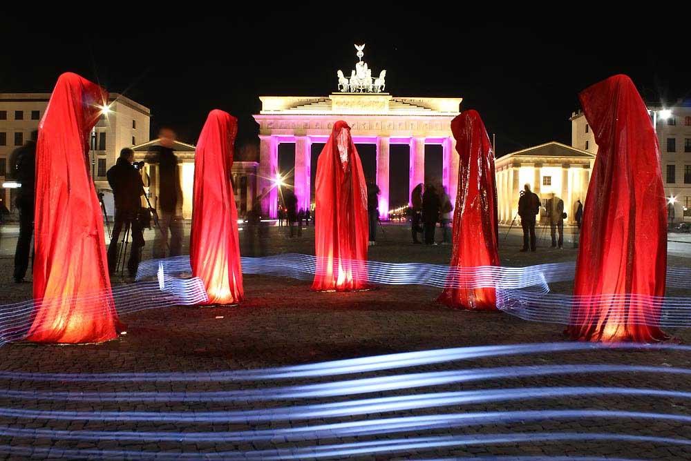 Festival of Lights – Siegessaele Berlin, Guardians of Time by Manfred Kielnhofer. Photo:   kielnhofer.at