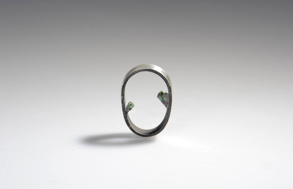 schlichter Silberring mit kleinen Smaragden