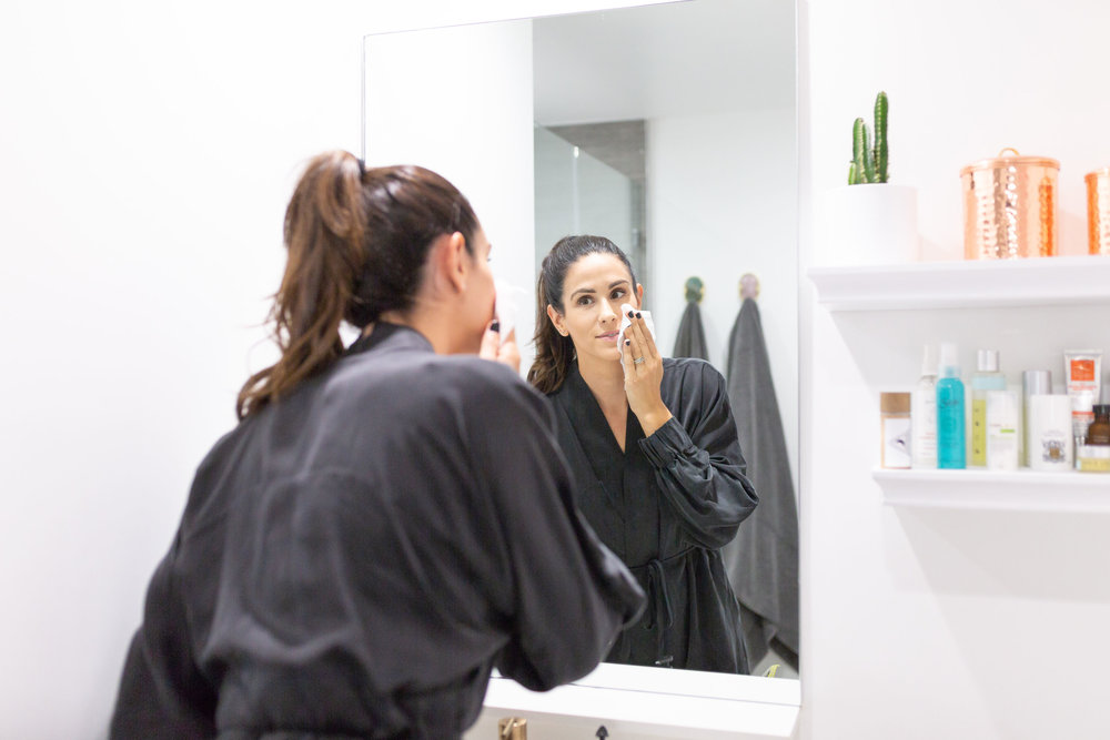 Kelli Tennant, founder of the platform podcast share her secrets to having clear skin with all her nontoxic beauty products for a healthy skincare routine, chemical-free, green beauty, organic, skincare, healthy skin