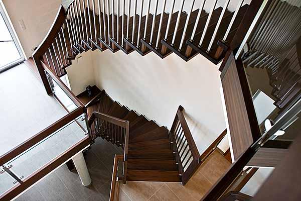 Bolzentreppen - Diese Treppenform ohne Wangen verleiht der Treppe eine leichte Ausstrahlung und gibt Ihrem Raum ein anspruchsvolles Ambiente.Trittschalldämmung bei der wandgelagerten Treppe durch schallmindernd gelagerte Stufen.