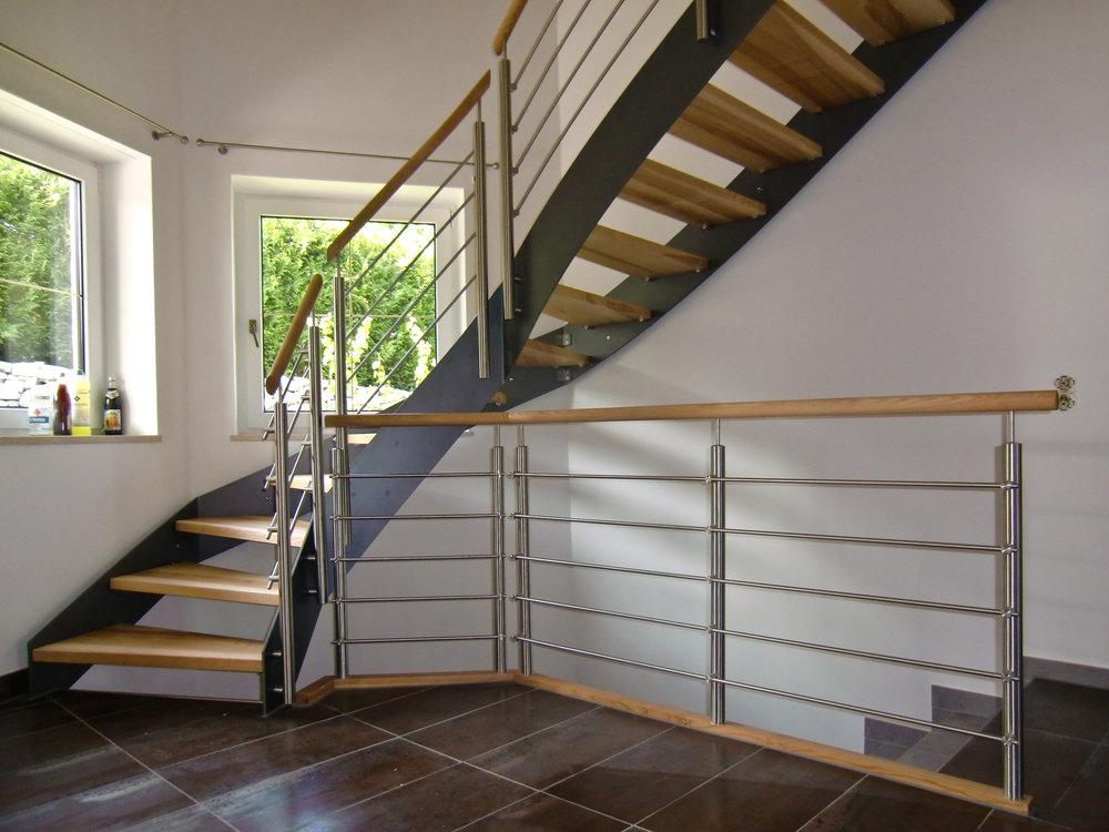 Metallwangen-treppe - Dieser Treppentyp wird Stahl mit Holz kombiniert. Sie besteht aus dünnen Stahlwangen mit Stufen aus Holz.Als Geländervarianten sind verschiedene Ausführungen möglich.