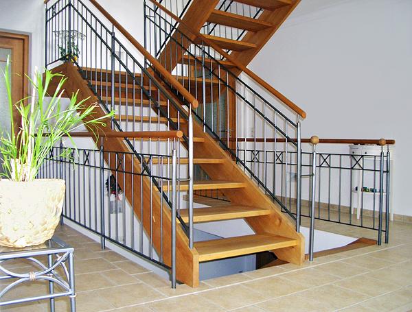 Wangentreppen - Zwei Wangen begrenzen die Wangentreppe an den Außenkanten und tragen die Konstruktion. Dadurch kann die Treppen an der Wand veranktert werden oder wandunabhängig frei im Raum stehen.