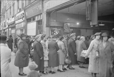 britain-queues-for-food-rationing-and-food-shortages-in-wartime-london-england-uk-1945-d25031.jpg