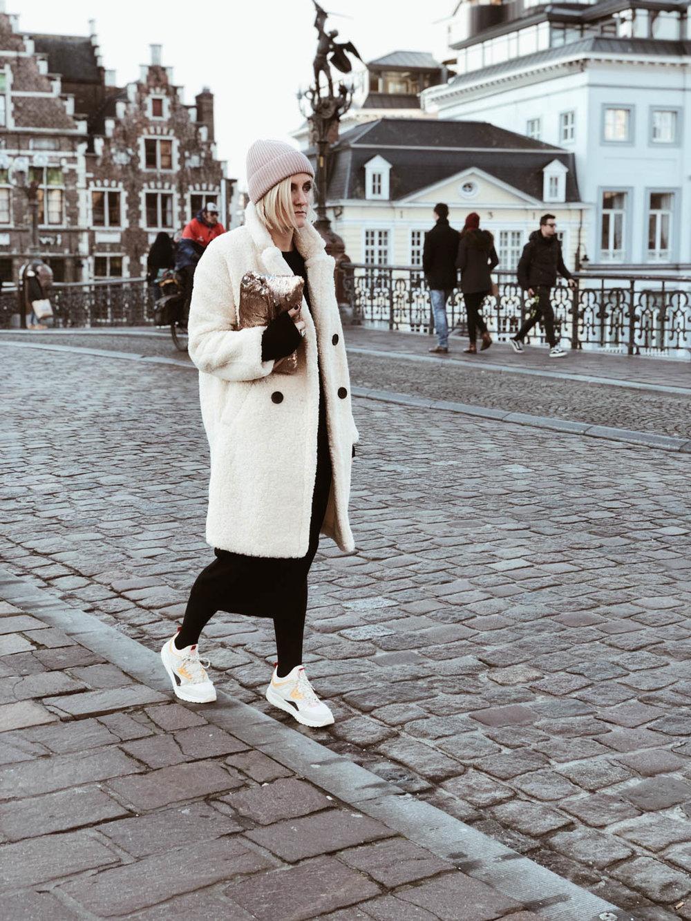 Carnet Sauvage - Blog mode et tendace, idée look hiver, robe en maille et manteau fluffy Mango