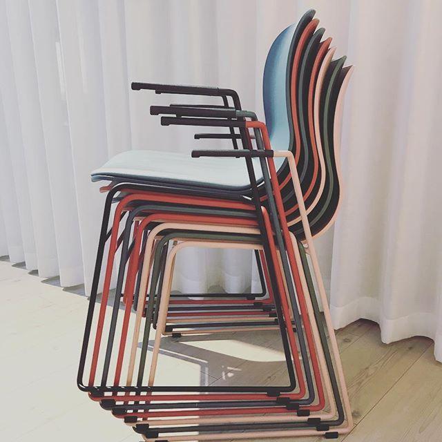 Superstabler - hadde vi hatt flere stoler kunne vi stablet opp til himmelen 🌏😀👏🏻👏🏻 @materia_ab #neolite #superstabler #cbm #stol #colorbymateria