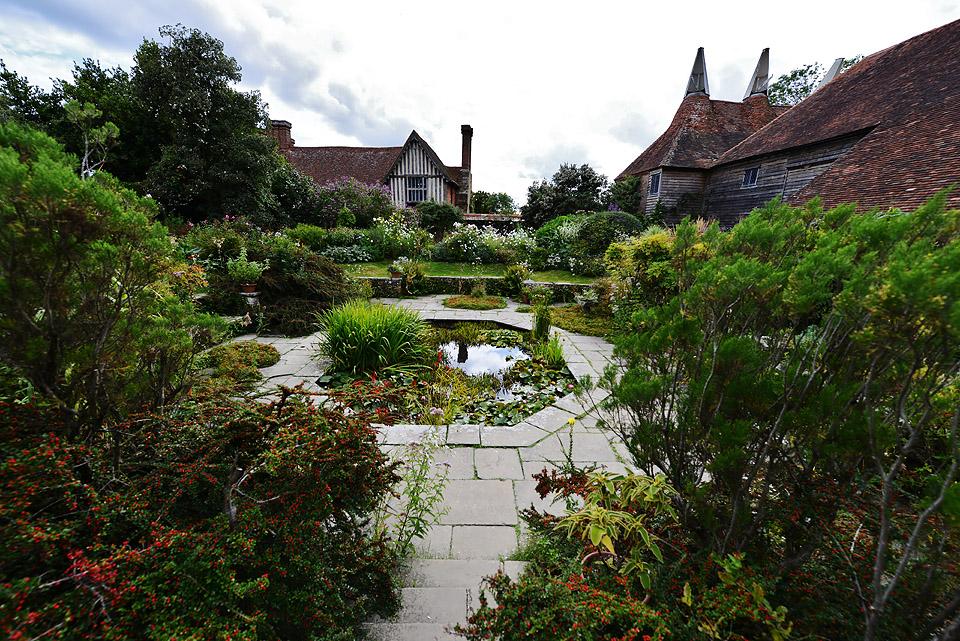 GREAT_DIXTER_GARDEN_The_sunken_garden