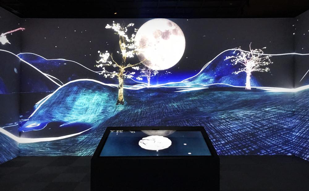 位在中央的「映月池水」與沉浸式環場投影,共同架構出花器的內涵與世界觀.