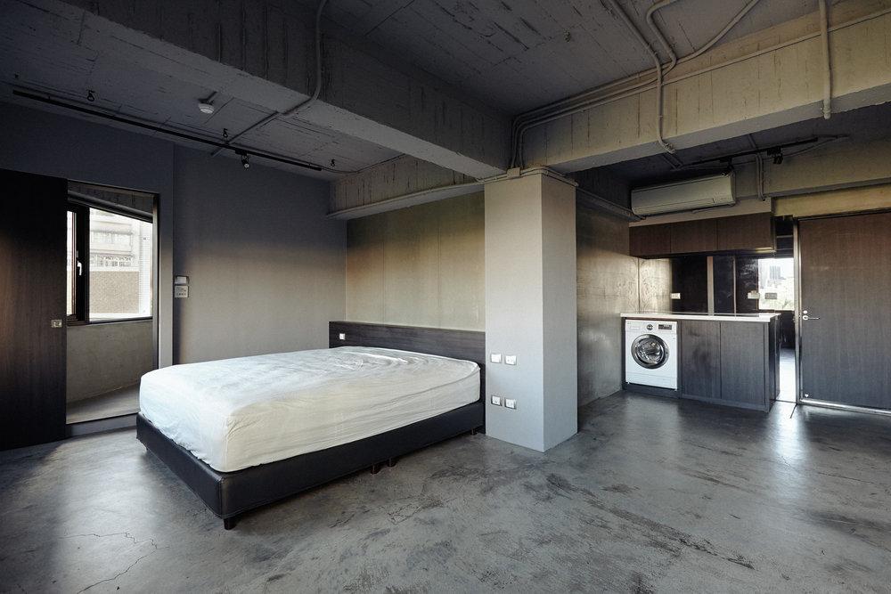 入住前的房間  只有基本擺設,其餘家具由入住旅客自行挑選,實驗「設計物件取代風格布置」的空間策略。