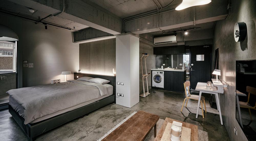 入住時的房間  房客自行挑選房間的設計物件,將房間打造成自己所想的樣貌,透過「設計物件取代風格布置」的空間策略,房客也扮演了空間設計師的角色.