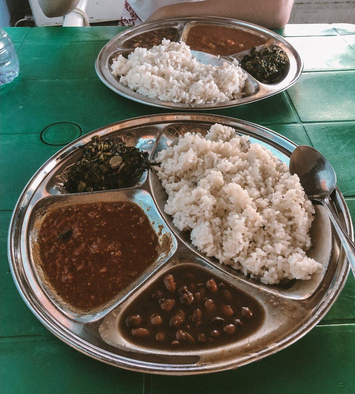 """Typisch Zanzibar: Reis, Bohnen und der einheimische """"Spinat""""."""