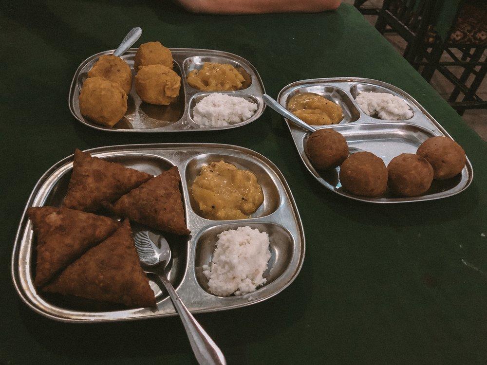 Typisch Zanzibar: frittierte Samosa, Linsen- und Kartoffelbälle und Kokosnuss-Chutney