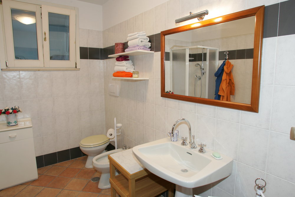 Ulivi.bathroom.JPG