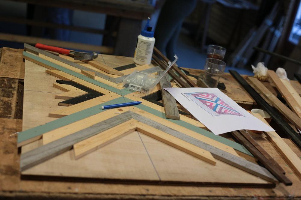 Geometrische wall art - Tijdens deze workshop maak je met afvalhout een waar kunstwerk! Samen één groot kunstwerk voor aan de muur maken? Het kan allemaal!