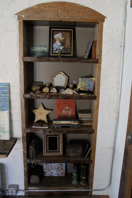 Close up of inset bookshelf