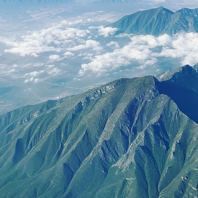 La ciudad de las montañas ⛰. #monterrey #mexico #nuevoleon #mexico #mountain #mountains #nature #epic #aerialshots #green #montaña #clouds #sky #abovetheclouds #peace #serenity #norteño #itgivesyouwings