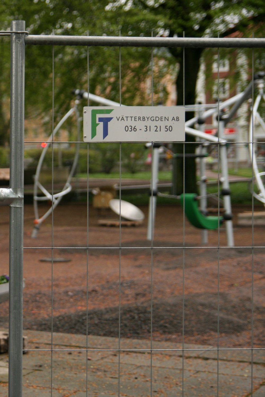 FT Vätterbygden AB - … är ett väletablerat företag med verksamhet i Jönköpingsregionen. Vår kompetens ligger i drift och skötsel inom mark och anläggning. Vi har även stängselavdelning där vi utför alla förekommande arbeten gällande områdesskydd.Våra kunder inom drift och skötsel är oftast bostadsbolag, kommunala förvaltningar, bostadsrätter eller industrier som vill ha hjälp med skötseln på sitt företag.FT Vätterbygden AB är en del av Juhlab koncernen.Vi har därmed stora resurser att erbjuda helhetsentreprenader inom mark och anläggning.Miljöarbetet är viktigt för oss och vi är miljöcertifierade.Vi arbetar för att överträffa dina förväntningar.