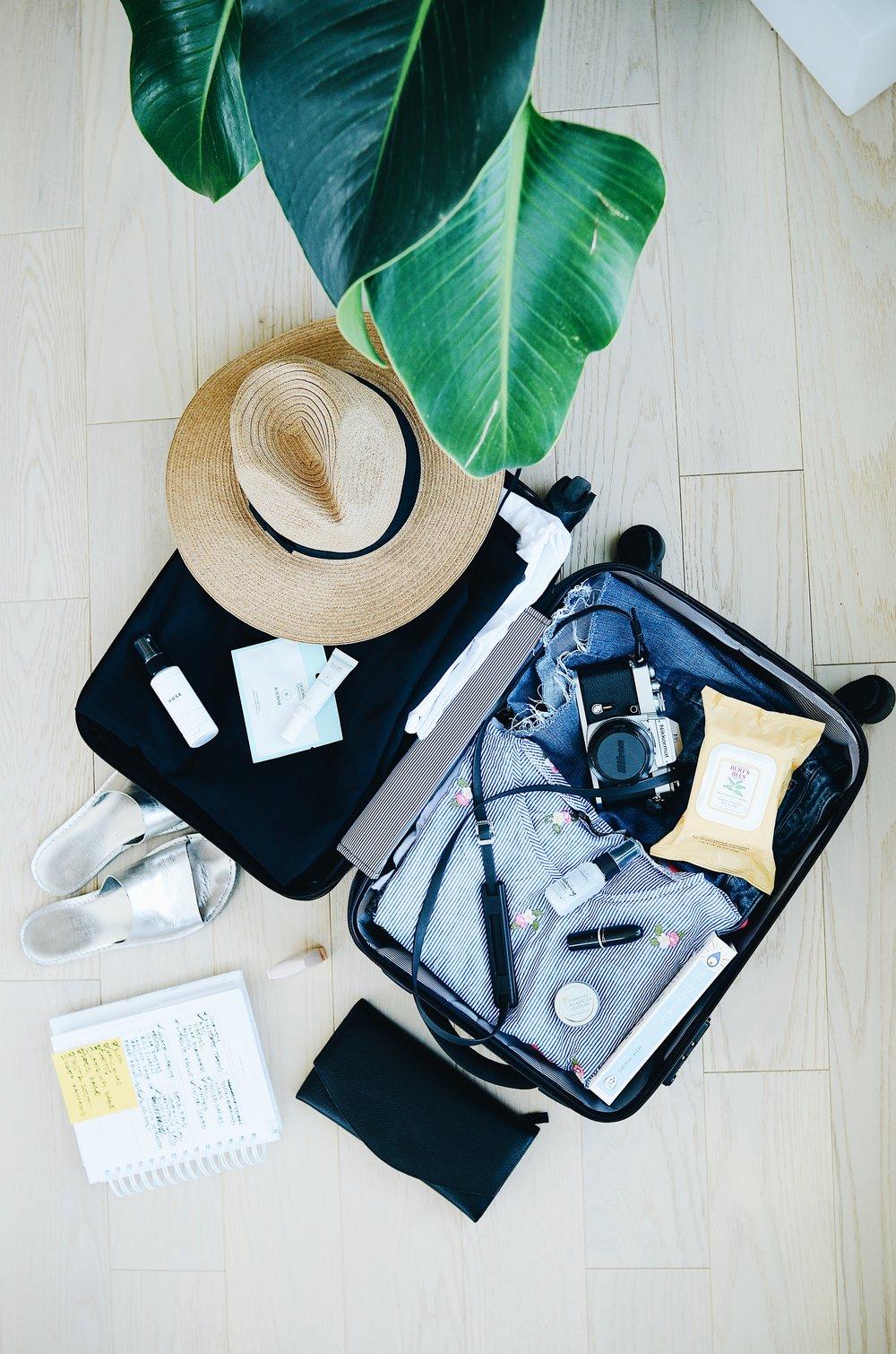 Haz un inventario de las cosas que necesitarás - Tomando en cuenta tus destinos, actividades y excursiones haz una lista de accesorios, ropa y equipos que necesitarás para poder realizarlas y disfrutar de ellos. Toma en cuenta cuáles serán las condiciones del tiempo en la temporada que vas a visitar. ¿Visitarás lugares que requieren algún tipo de vestimenta? ¿Es necesario ese accesorio o lo puedo comprar en el destino mucho más barato y ahorrarme ese espacio en el equipaje?