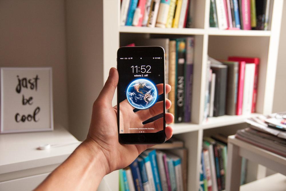 Compra un paquete de data internacional - Aunque muchas compañías no tienen roaming gratuito, sí ofrecen paquetes de data y telefonía internacional a precios accesibles. Esto es muy beneficioso si no deseas cambiar tu número temporeramente. Antes de salir de viaje, llama a tu proveedor de telefonía y verifica que planes y ofertas tienen que pueden ser útiles para tí en tu viaje.