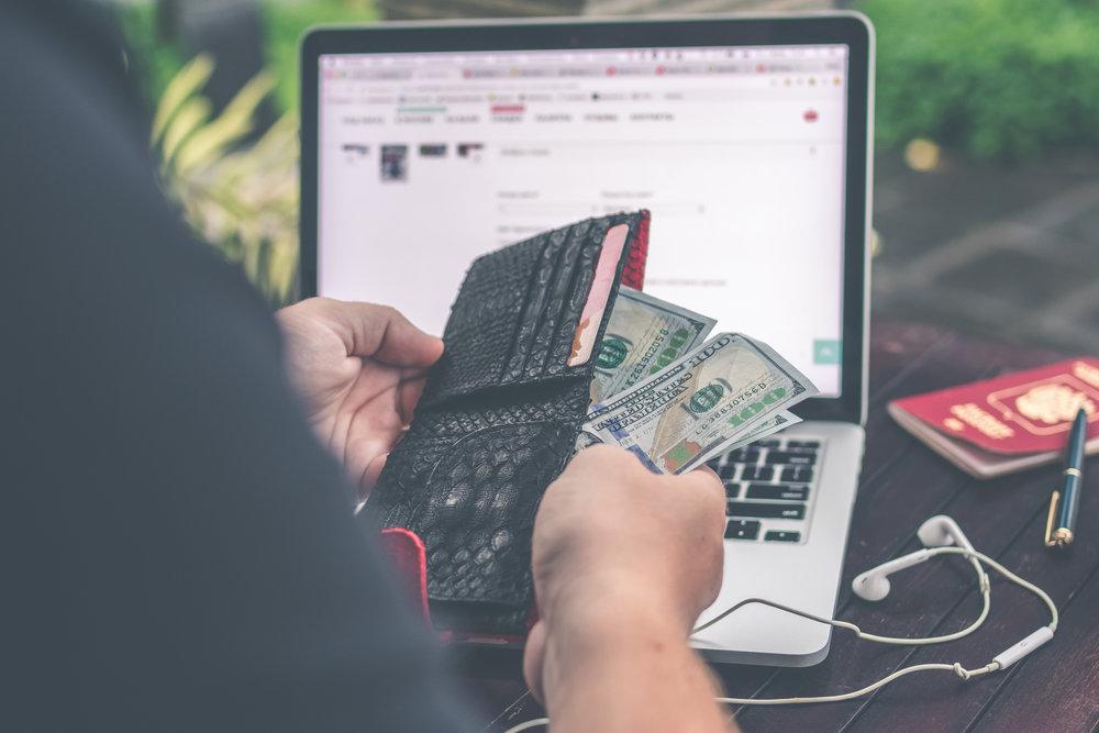 Pagos en Efectivo - Siempre ten tu dinero bien organizado. Si vas a pagar en efectivo en lugares como restaurantes, tiendas o atracciones, te recomendamos que tengas el dinero total dividido en cantidades más pequeñas. Por ejemplo, si andas con $500 dólares, puedes tener: