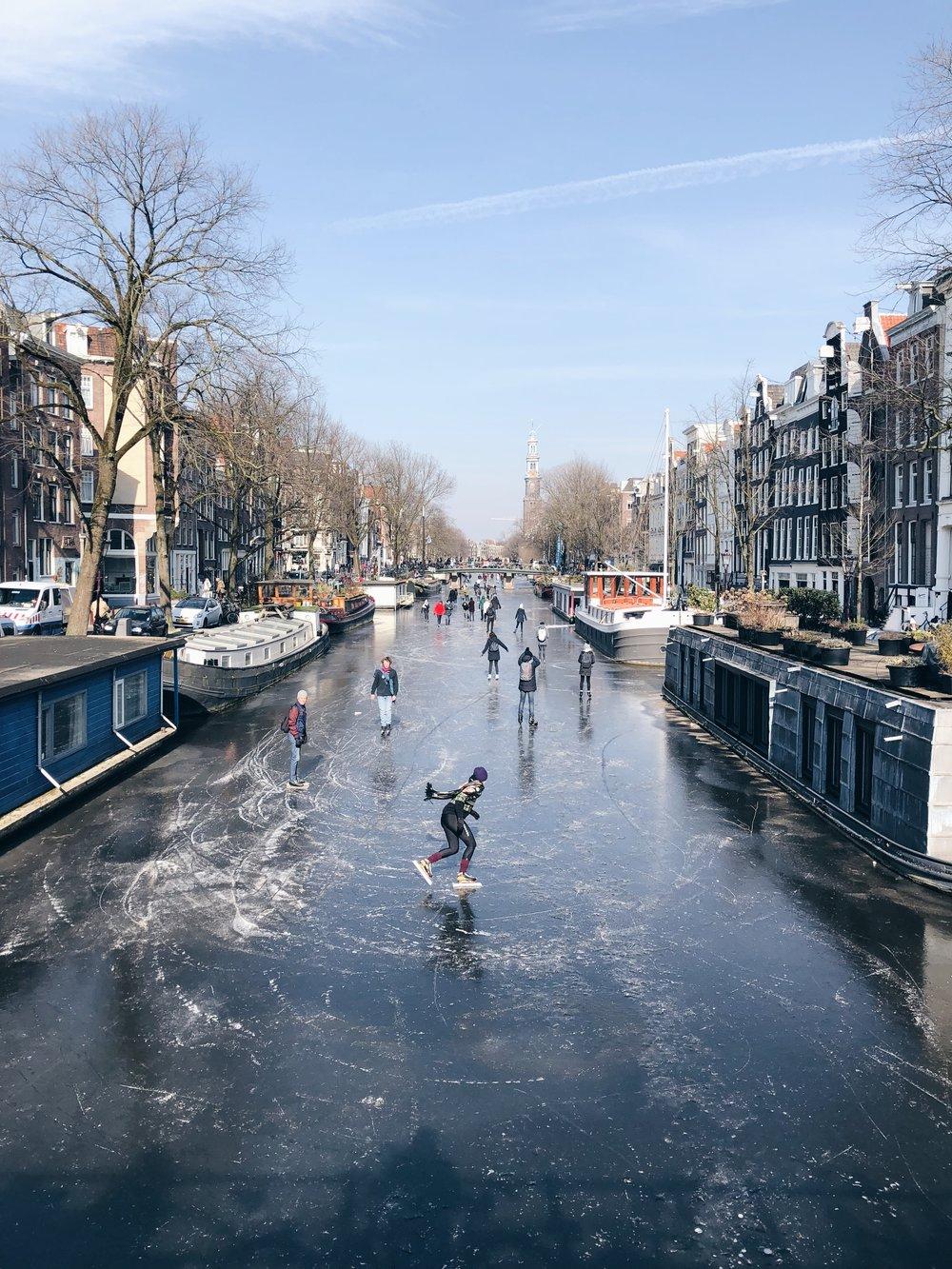 Amsterdam - Otra ciudad con muchas opciones es Ámsterdam. Aquí podrás ir a correr bicicleta con tus niños, llevarlos a los molinos y campos de tulipanes, enseñarlos a hacer quesos y visitar el Science Center NEMO, el mayor museo holandés para niños de entre 6-16 años. La diversión aquí no tendrá fin.