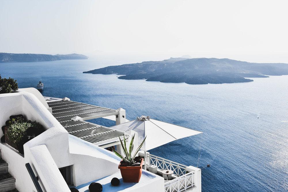 Santorini - Octubre y Abril son los meses más baratos para viajar a Santorini. Podrás ahorrar hasta un 70% en el costo de los hospedajes si comparas con Junio-Agosto. No solo eso, durante estos meses el clima es templado y hay pocos turistas. Lo que te permitirá disfrutar de la isla al máximo.