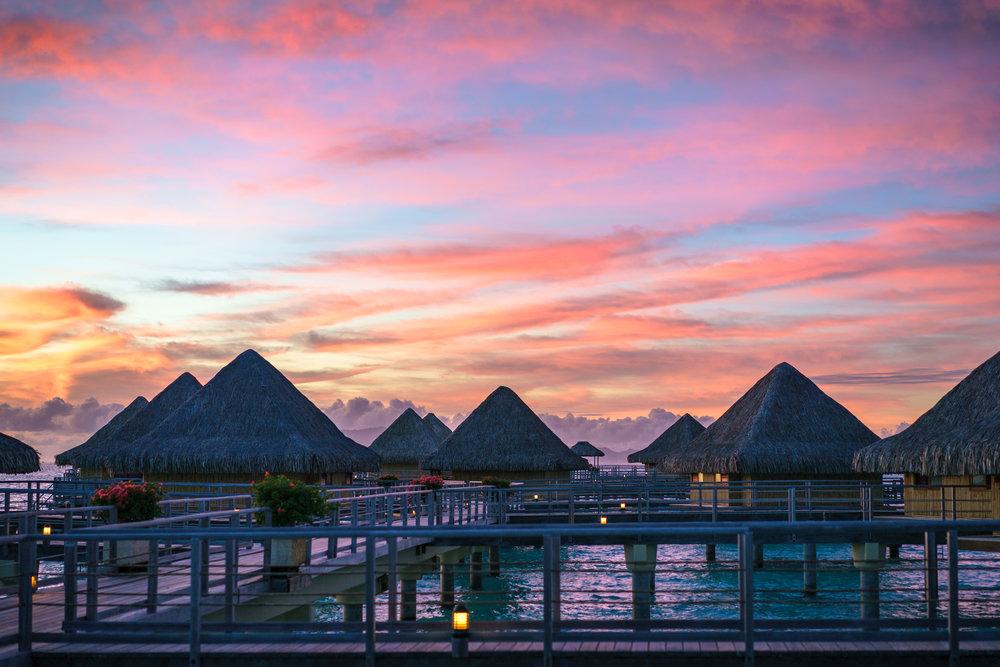 Bora Bora - Abril y Noviembre son los mejores meses para visitar la Polinesia Francesa. Los costos descienden drásticamente comparados con la temporada alta que corre de mayo a octubre. Los famosos bungalows son mucho más accesibles en esta temporada.
