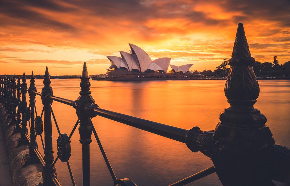 Australia - Ubicada en el Hemisferio Sur, Australia tiene su transición de otoño a invierno durante el mes de junio. Los precios son hasta un 40% más económicos en los boletos aéreos y hospedajes versus la temporada alta australiana: Diciembre-Enero. En un país de calores extremos en verano, ir en junio no solamente representará un ahorro sustancial, sino que también disfrutarás de un clima y tiempo agradable.