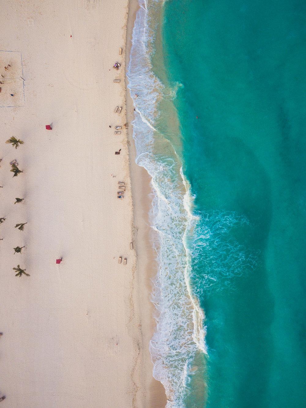 Cancún - Abril y Mayo son los meses perfectos para visitar la Riviera Maya. Con costos hasta un 35% más económicos que en verano o navidades, también evitarás el riesgo de huracanes catastróficos que dañen tus vacaciones. Aunque agosto-octubre son relativamente económicos, el riesgo de que te cancelen las vacaciones por el impacto de un fenómeno atmosférico es alto.