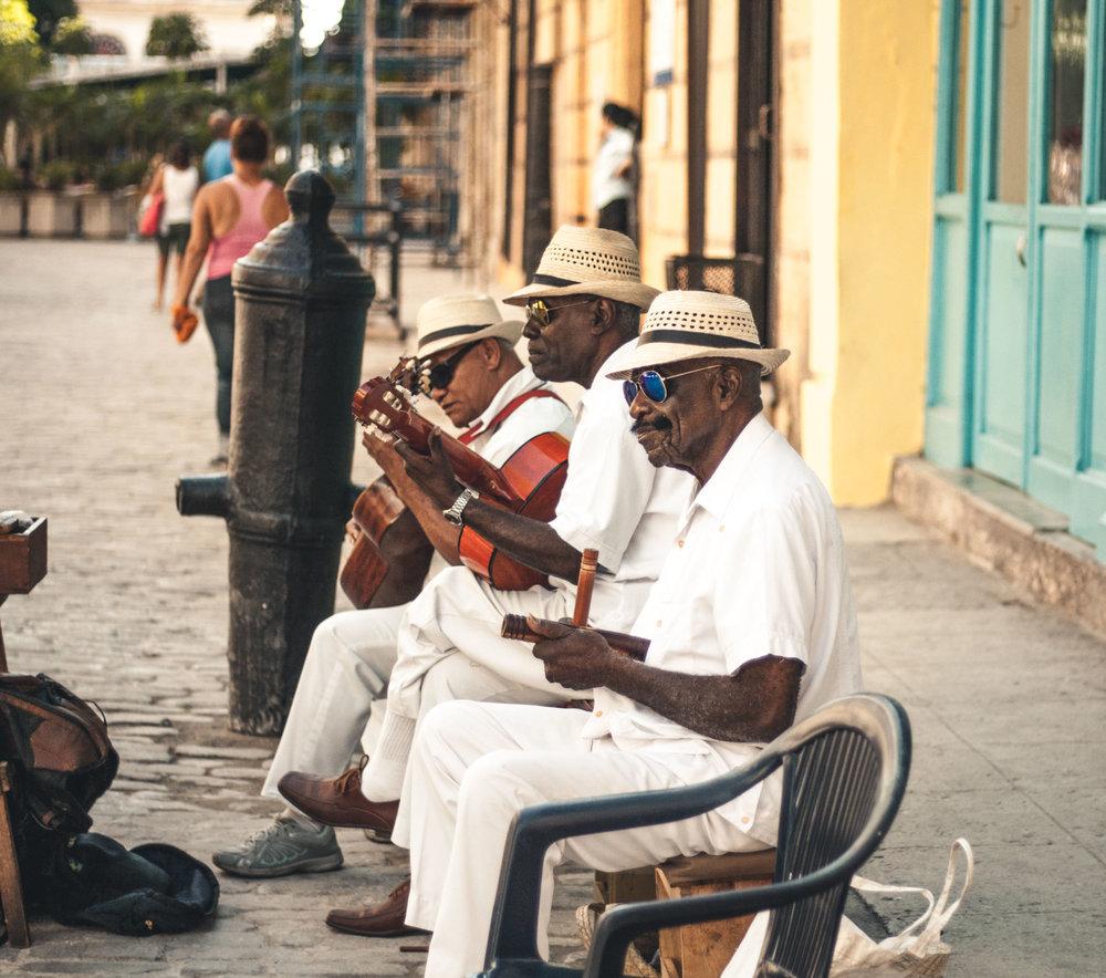 Cuba - La isla del sabor. La mejor temporada para visitar Cuba es desde marzo hasta mayo. El turismo europeo a la isla aún no ha tocado su pico durante estas fechas lo que permite que los hospedajes estén hasta un 80% más baratos que en verano e invierno.