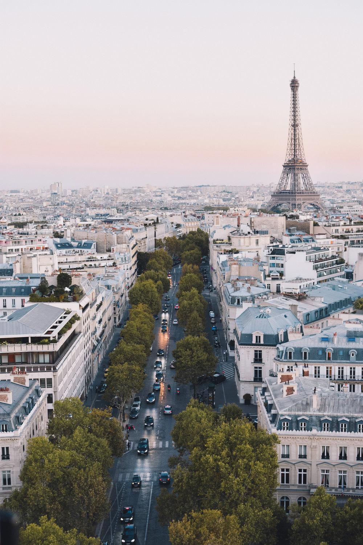 Paris - La ciudad de la luz durante los veranos es abarrotada por los turistas que visitan Europa y durante invierno es muy fría. Sin embargo la primavera parisina, de abril a principios de junio son una temporada perfecta. Pocos turistas, clima perfecto y los costos entre un 15%-35% más económicos que en verano y navidades.