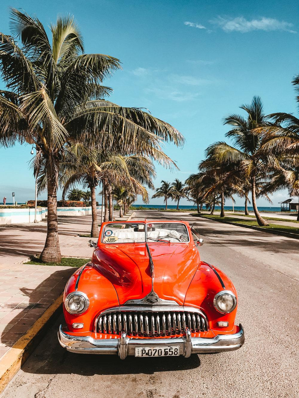 ¿Debes cancelar tu viaje? - La respuesta es NO. No debes cancelar tu viaje si ya lo tenías en agenda. Tampoco debes desechar tus planes si pensabas viajar en un futuro cercano. Al momento nada parece indicar que se implantrán restricciones demasiado prohibitivas en un futuro cercano. Sí es importante que te asegures que sigas cumpliendo con una de las 12 categorías que te permite el Gobierno de USA para viajar a Cuba.