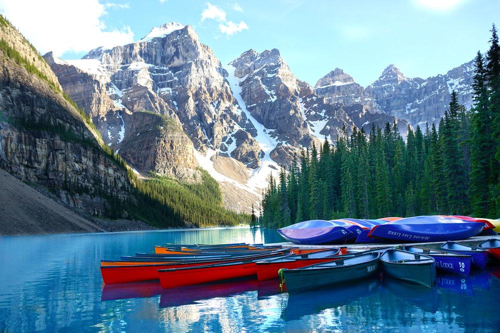 Banff, Alberta - Si eres amante de la naturaleza y quieres pasar una despedida de año llena de aventuras, Banff en Alberta, Canadá es un destino que debes considerar. Aquí no solamente podrás esquiar y hacer todo tipo de actividades relacionadas a la nieve, también podrás explorar una de las áreas naturales más hermosas del Mundo desde el Lake Louise, pasando por Lake Moraine, Johnston Canyon y llegando hasta Jasper. Aunque Banff, como muchos otros pueblos de invierno suele ser costoso, es mucho más barato que otros destinos similares en los Estados Unidos. Una alternativa que podrás utilizar es quedarte en Canmore, un pueblo que queda justo al lado de Banff y ahorrás hasta un 40% en hospedajes. El transporte colectivo es muy eficiente en Alberta.
