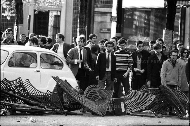 Kläderna avslöjar att många bakom barrikaderna kom från priviligerade förhållanden, inte sällan i de kvarter där de demonstrerade. Bild av Gilles Caron.