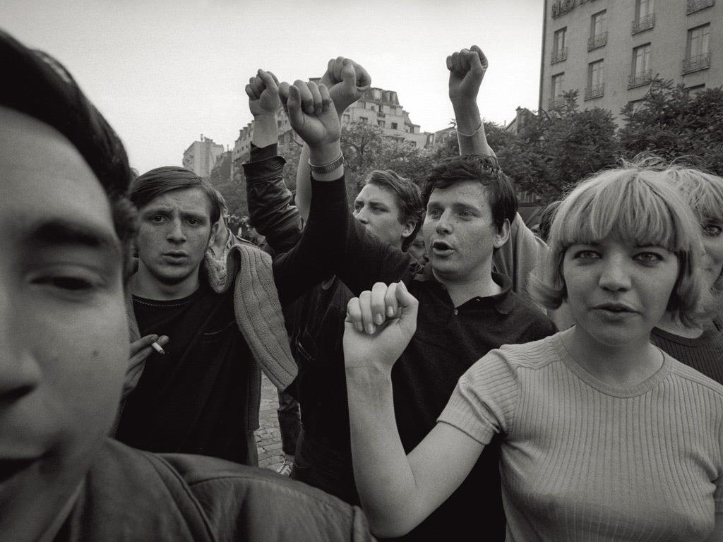 Daniel Cohn-Bendit, den fransktyske agitatören och då sociologistudent vid Sorbonne var bland de som hojtade slagord under en demonstration i slutet av maj 1968. Bild av Mondadori.