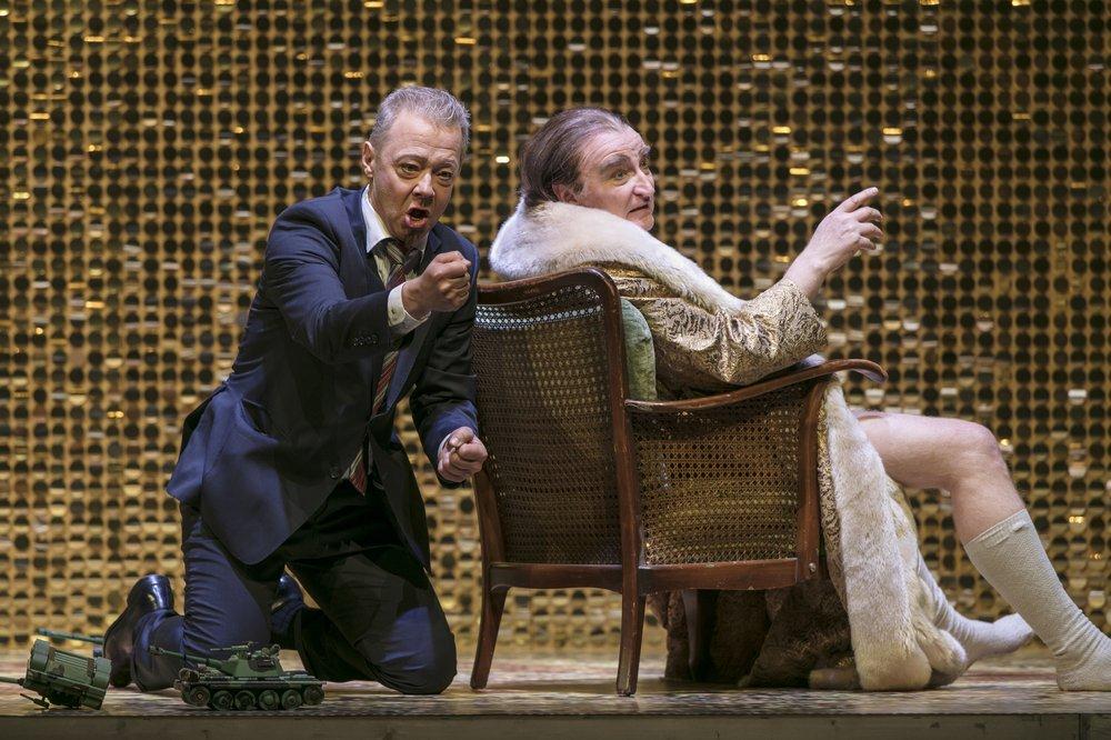 Tomas Lind som Sjujskij och Clive Bayley som Boris Godunov - foto: Mats Bäcker.