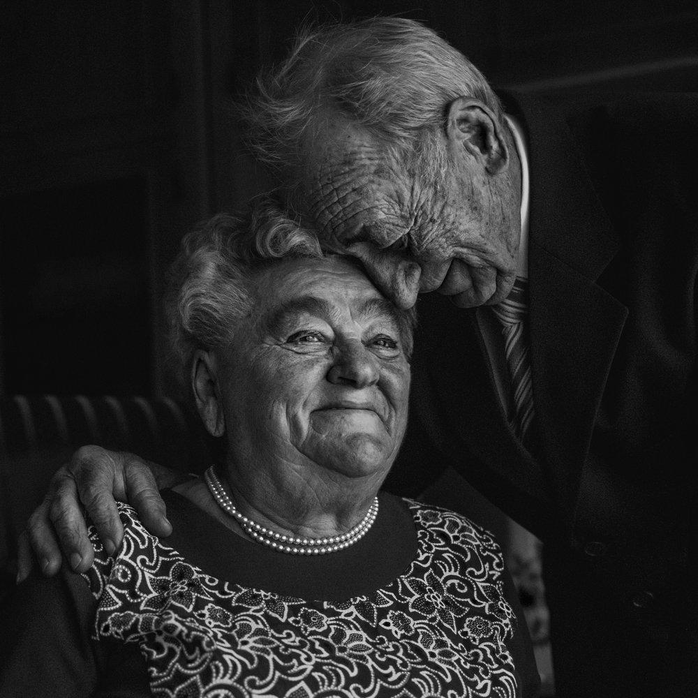 bonabarna-fotos-szeged-fekete-feher-csaladi-fotozas-nagyszulok