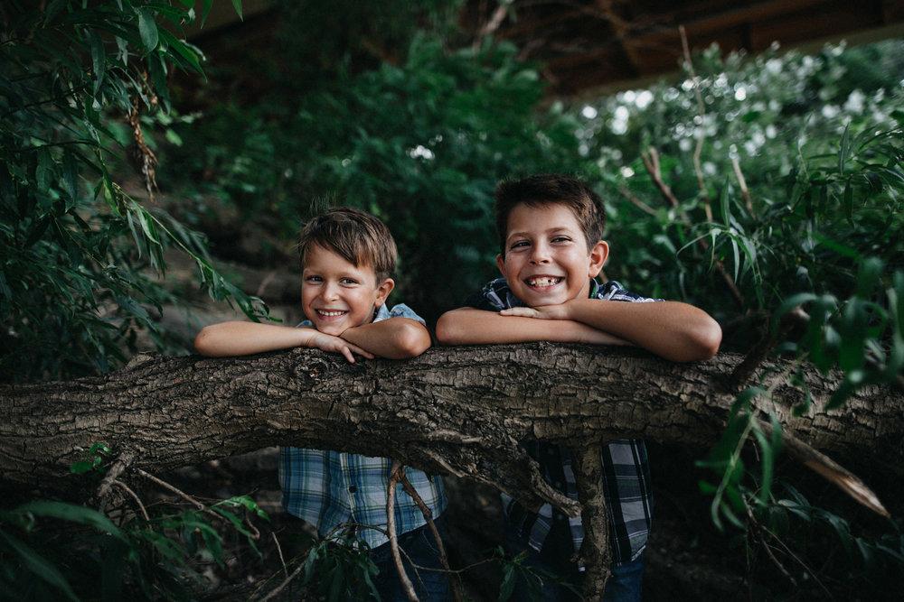 Családi fotózás - Olyan családoknak fotózom, akik a természetes képeket részesítik előnyben. Szülőknek, akik nem a közösségi médiára szeretnének divatos fotókat, hanem valóban tartalmas, időtálló fényképeket szeretnének őrizni a gyermekeikről, otthon.