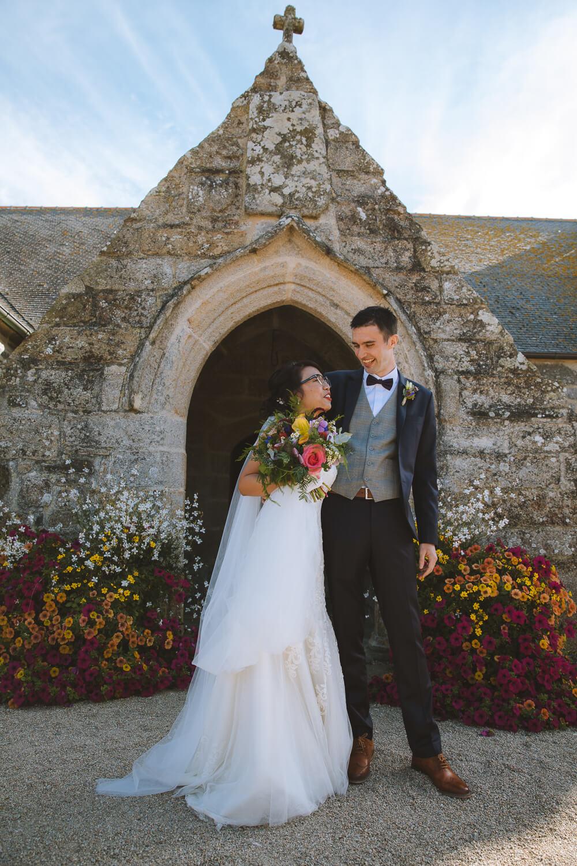 Photo des mariés devant l'église