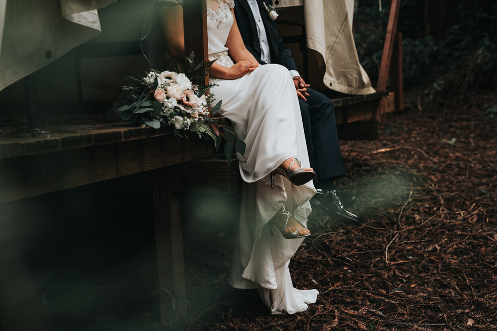 couple de marié assis se tenant la main
