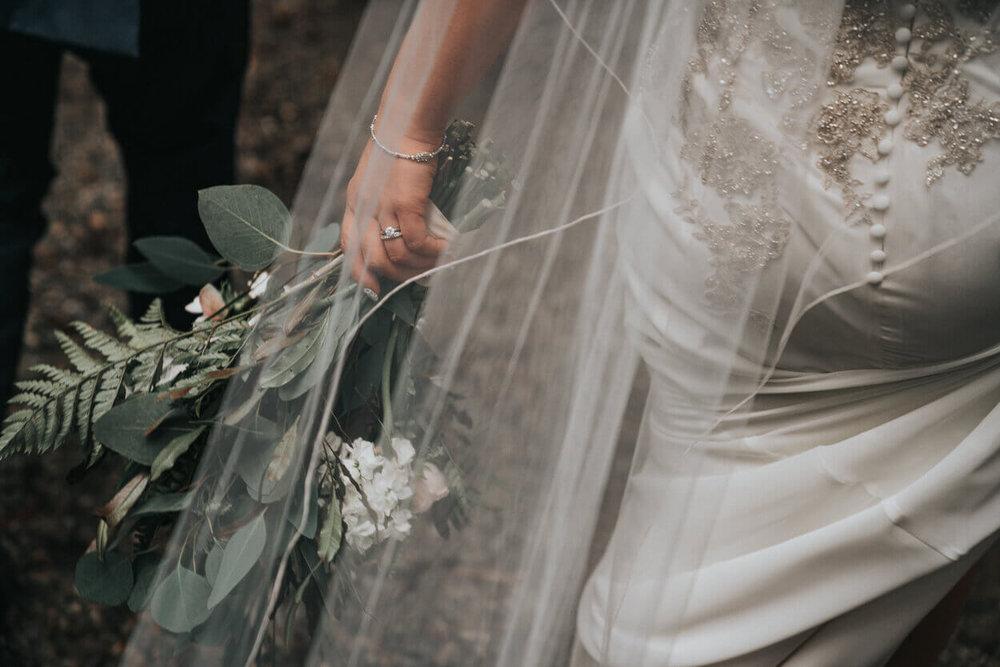 mariée tenant son bouquet dans la main