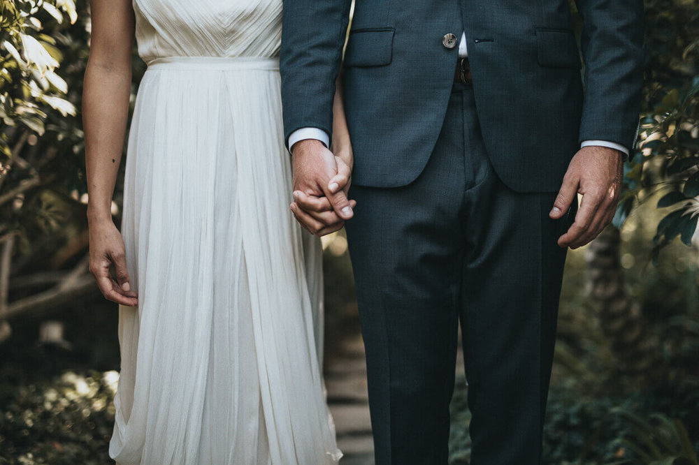 nouveaux mariés main dans la main