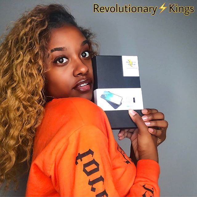 Give the gift of portability . . . . . #wirelesscharger #wirelessportablecharger #rk #revolutionarykings  #valentinesdaygifts  #gift #giftideas #giftsforher #giftsforhim www.revkings.net Model:@only_aleia